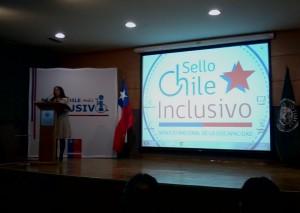 Fotografía que muestra expositora en lanzamiento Chile Inclusivo