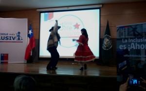 Fotografía que muestra pareja bailando cueca en el lanzamiento Sello Chile Inclusivo