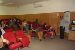 Imagen que muestra fotografia del expositor frente al  público  de la joranda