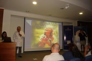 Fotografía que muestra a  expositor  Dr. Oscar Ponce